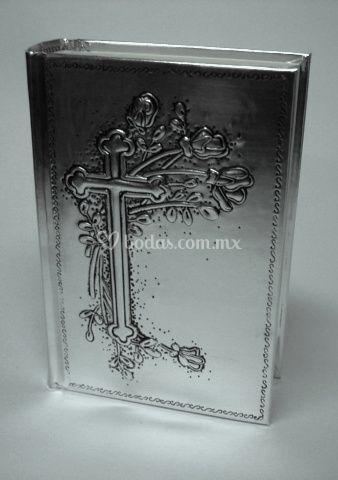 Biblia repujado en aluminio