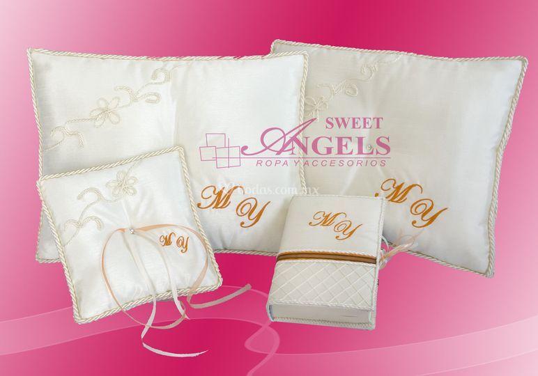 Paquete Boda, cojines reclinatorio, arras y biblia con iniciales bordadas