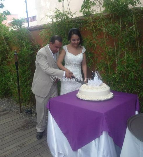 Partiendo el pastel de boda