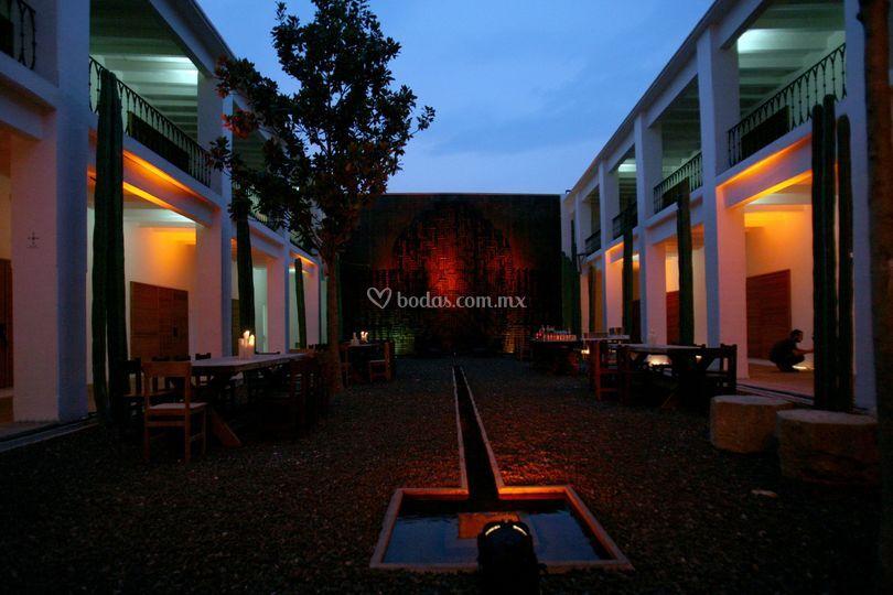 Patio iluminado de Hotel Azul