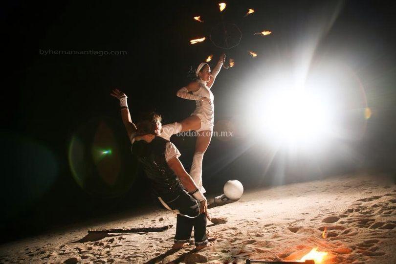 Acrobacia de duo con fuego