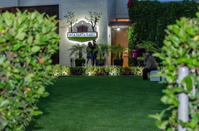 Jardín de noche entrada