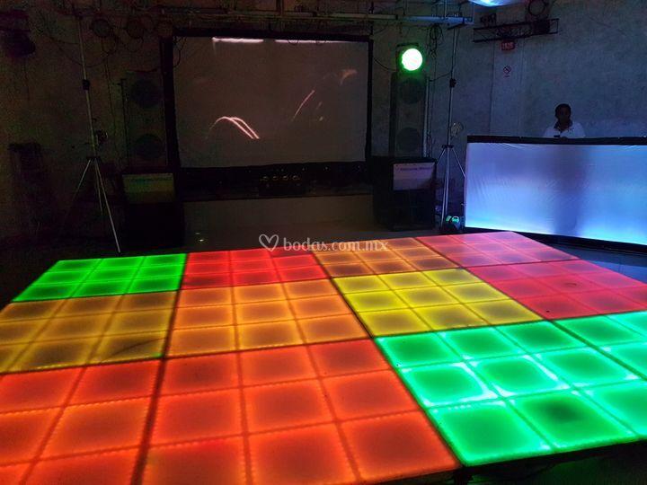 DJ mezclando en vivo
