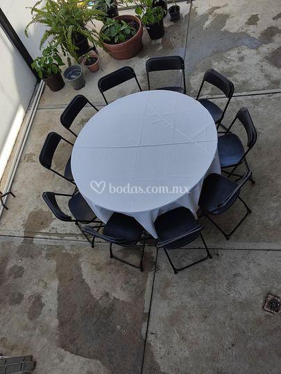 Mesa redonda con mantel blanco