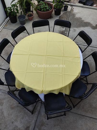 Mesa redonda con cubremantel