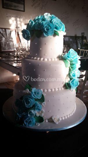 Pastel fondant con flores azul