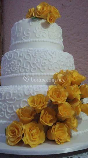 Pastel fondant boda oro