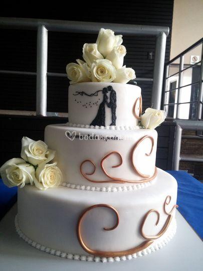 Pastel boda con rosas naturales