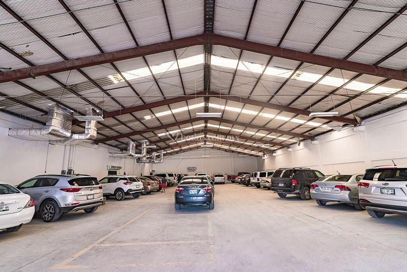 Amplio estacionamiento techado