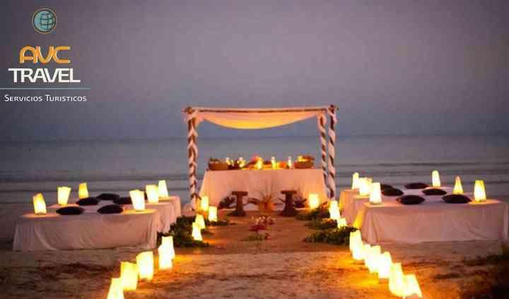 Templete con luz en la playa