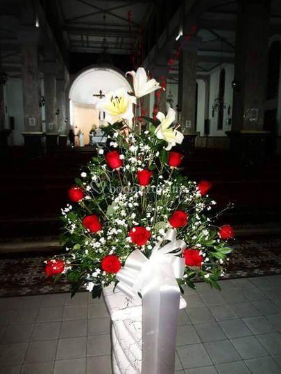 Arreglo de iglesia con rosas