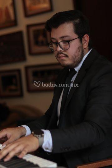 Alberto Quezada, Pianista