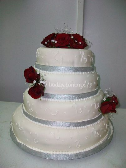Pastel de fondant con rosas