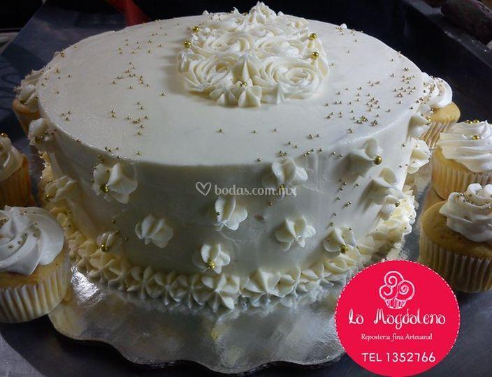 Pastel y quequitos de boda