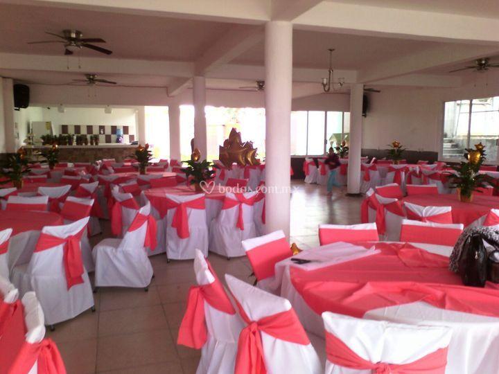decoración color coral de salón blanco y negro   foto 25