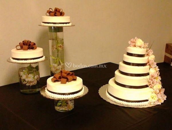 Mesa con pastel de bodas