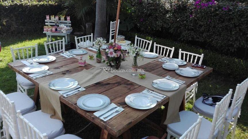 Jardín con mesa para fiestas