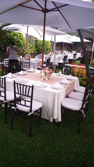 Jardin con mesa de fiesta