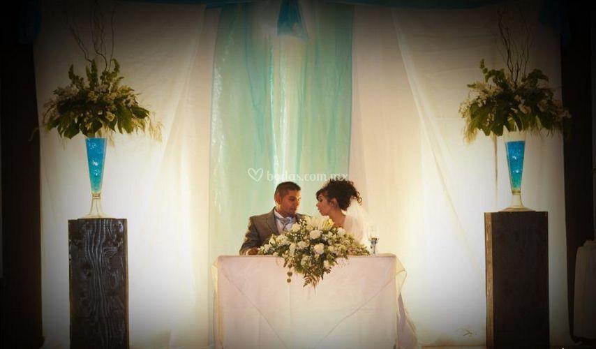 Recién casados en la mesa de honor