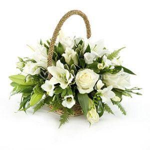 Canasta de lilis y rosas
