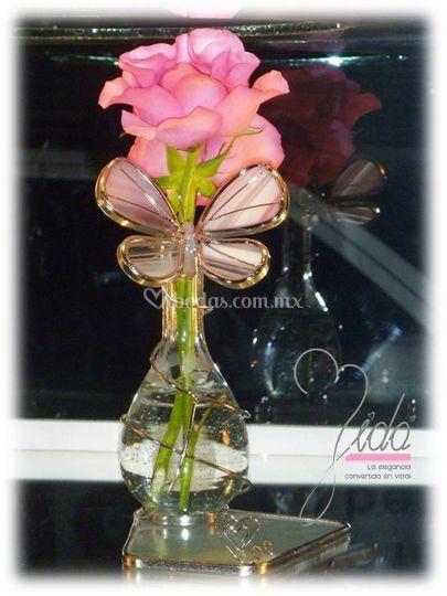 Florero con mariposa