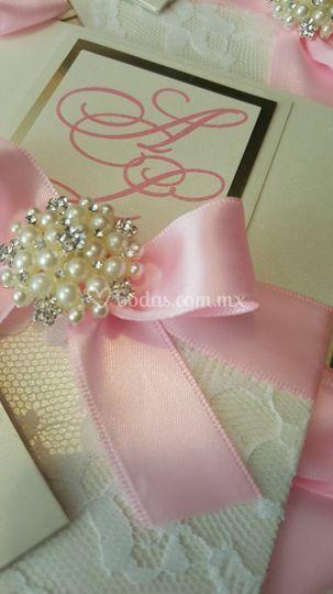 Invitación decorada con broche
