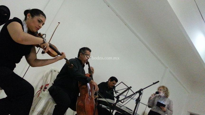 Piano, cello, violín y voz