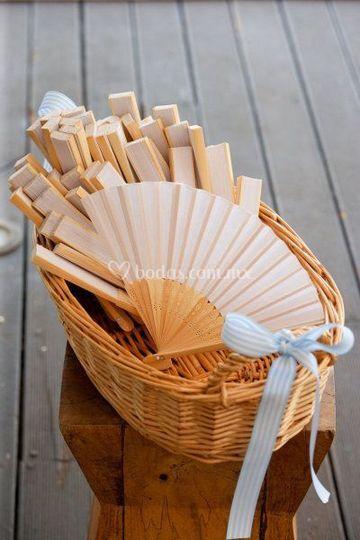 Abanicos de tela y bambú