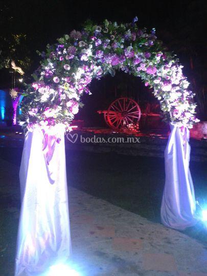 Arco de flores y tela