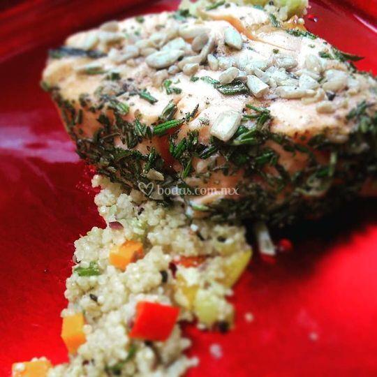 Tabulé y salmón al romero