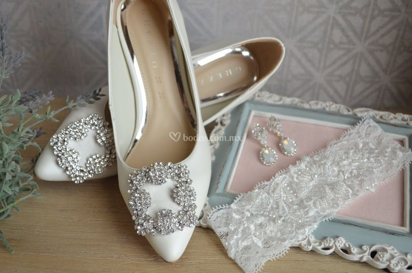 Zapatillas, liguero y aretes