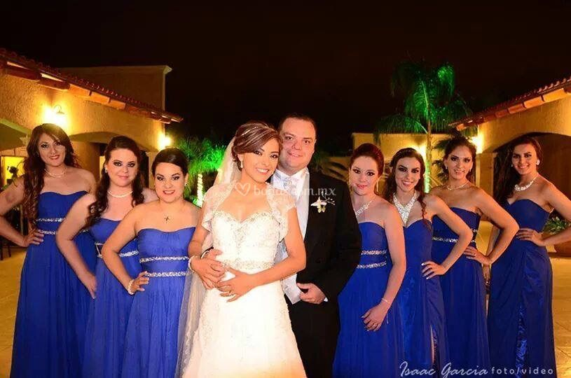 Novios y damas felices