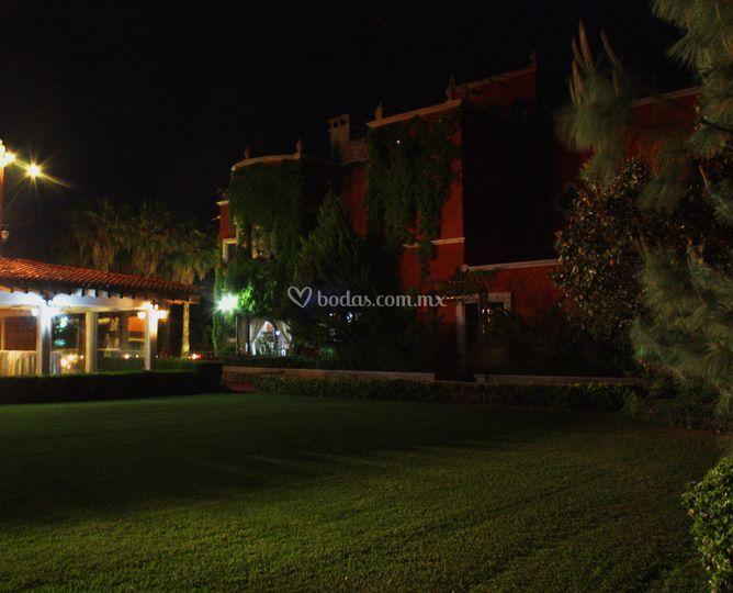 Jardín palapa noche