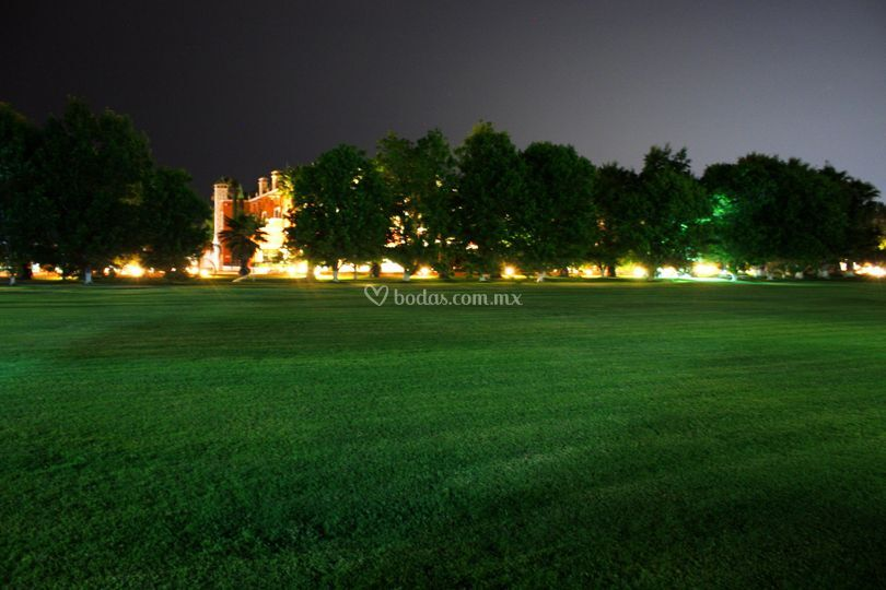 Jardín principal noche
