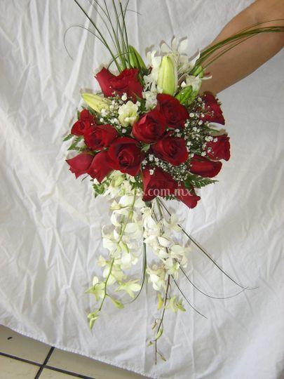 Ramo de rosas y orquideas