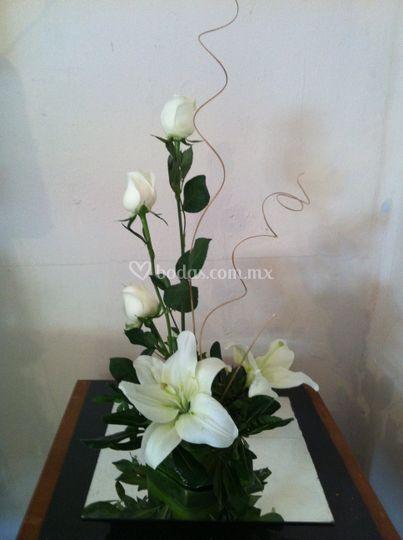 Centro con lilis y rosas