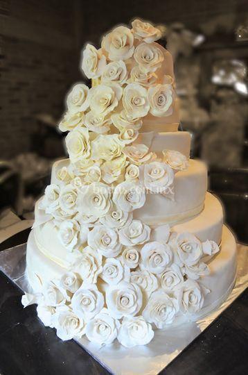 Pastel rosas blancas para boda