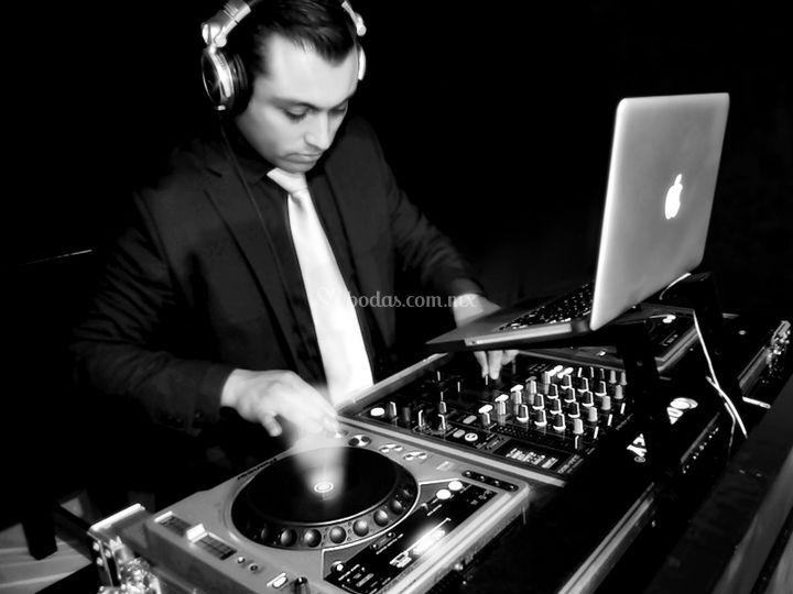 Nuestro DJ. vestido adecuadame