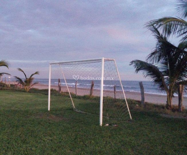Cancha de futbol vista al mar