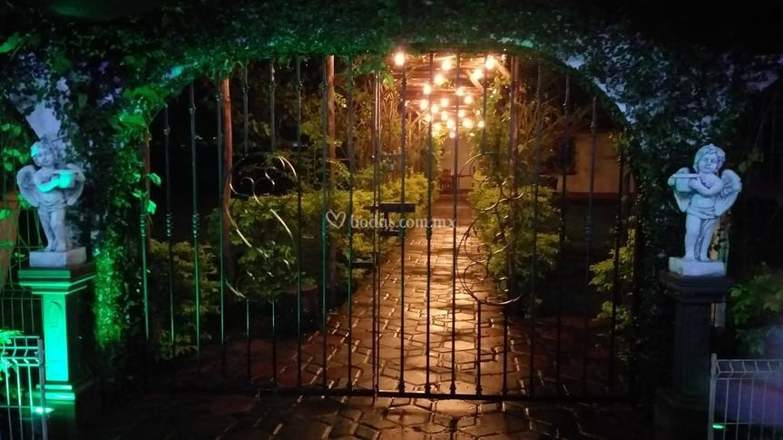Portón pasillo palapa-jardín