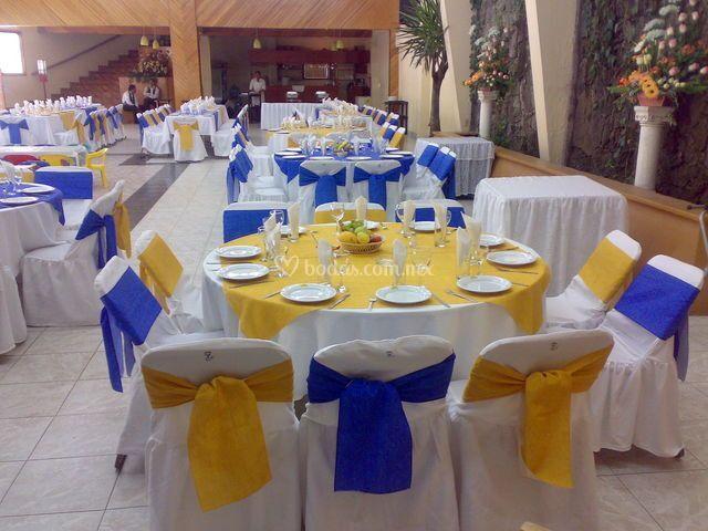 Amarillo y azul en las mesas