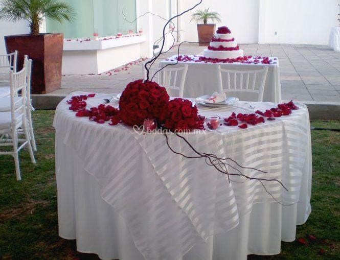 Centro de mesa con rosas rojas