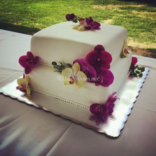 Pastel con orquídeas