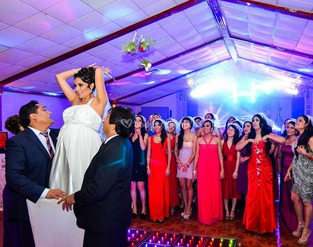 La novia lanzando el ramo