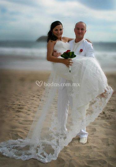 En brazos de su esposo