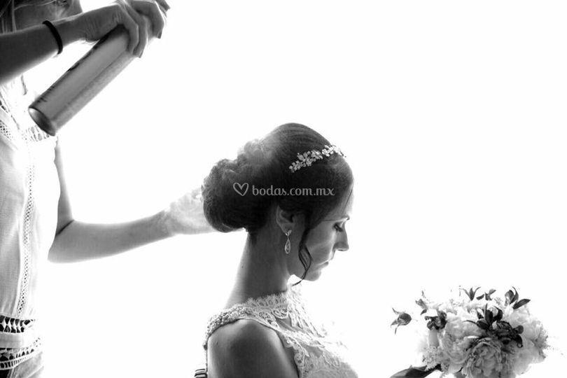 Blanco y negro novia peinándose