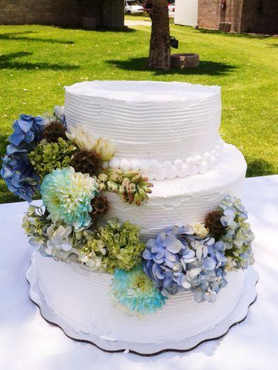 Pastel de bodas en jardín