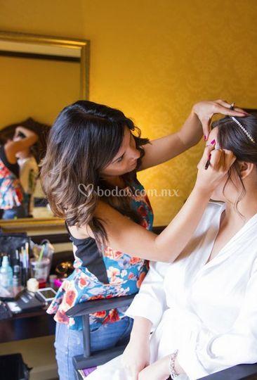 Roxy maquillando