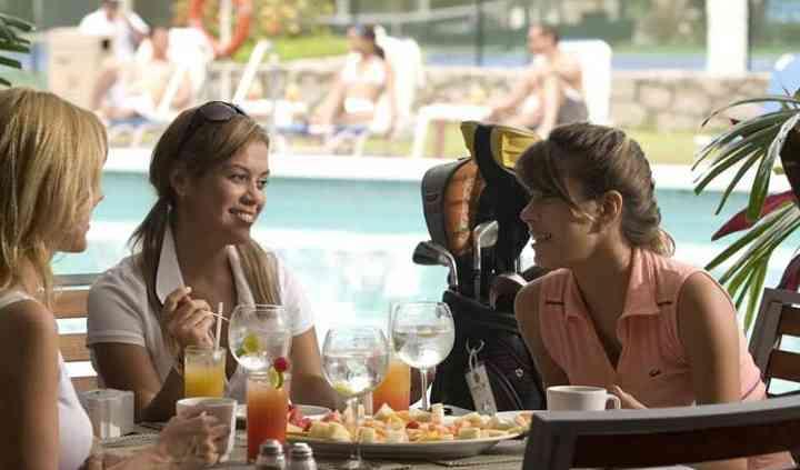 Mesas junto a la piscina