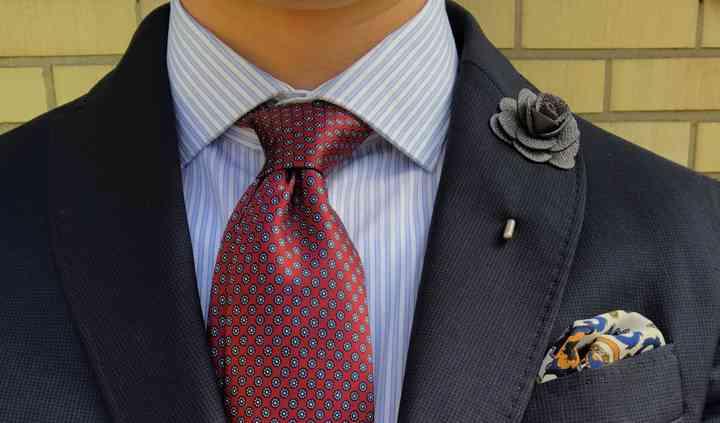 Corbata, pañuelo y pin